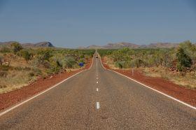 Auf dem Weg zur West Macdonnel Range bei Alice Springs in der Mi